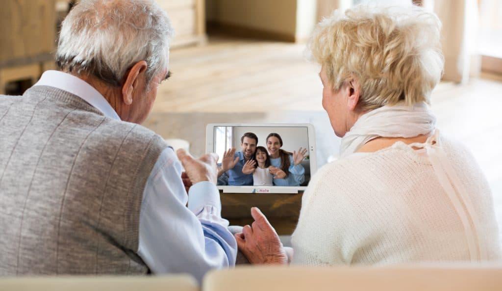 Appel vidéo entre grands-parents et enfants