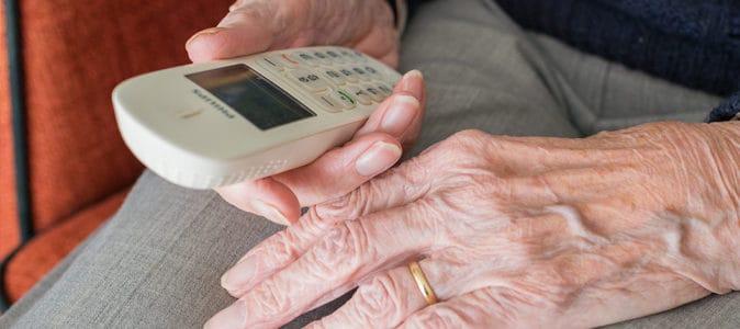 Comment protéger un sénior des arnaques téléphoniques ?