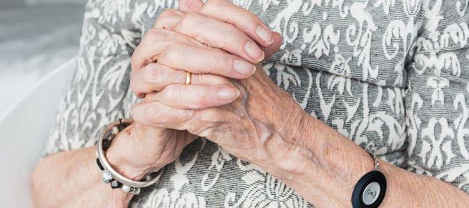 Bouton d'urgence pour personnes âgées : lequel choisir ?